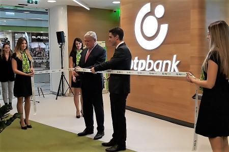 Sányi Sándor átadja az OTP innovatív bankfiókját Budapesten